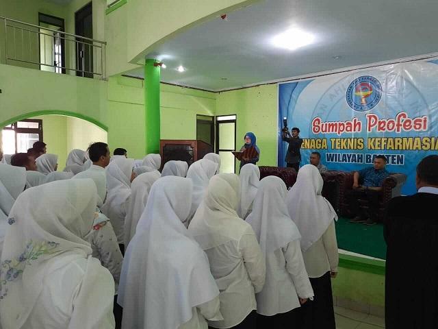 Alumni Program Studi Farmasi Fakultas Sains Farmasi Kesehatan (FSFK) Unma Banten Gelar Acara Sumpah Profesi Tenaga Teknis Kefarmasian Wilayah Banten.